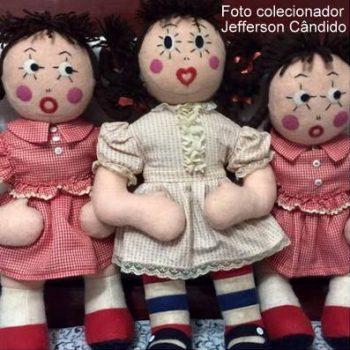 A primeira boneca da Emília lançada pela Mesbla, de vestido vermelho, e a segunda edição, com a roupa amarelinha. Imagem: Jefferson Candido/Ana Caldatto